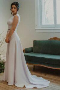 La jupe Australe offre aux mariées une coupe près du corps qui souligne les formes avec grâce.