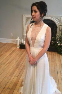 Robe de mariée top modulable bohème en charmeuse et soie. Accompagné d'un décolleté en V en dentelle de Chantilly.