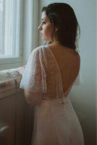 Robe de mariée top modulable bohème en dentelle de Calais. Avec des manches papillon.