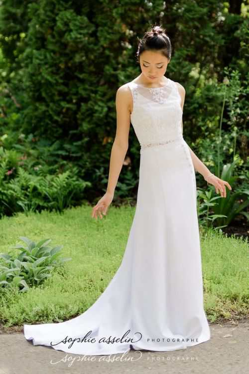 La jupe personnalisable Australe offre aux mariées une coupe près du corps qui souligne les formes avec grâce.